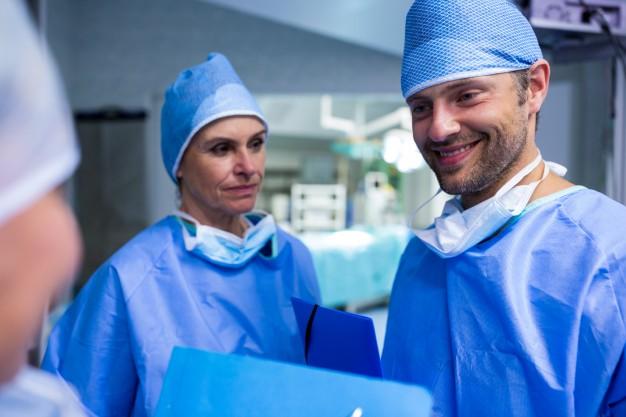 cirujanos-en-discusiones-sobre-archivo-de-paciente-en-el-quirofano_1170-2256